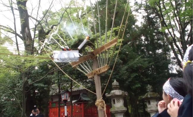 関祭りに春日神社で奉納される童子夜行・魔物が住む山に見立てた大きな熊手に猿面の木偶が松明の火を放つ瞬間
